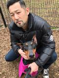 愛犬のドーベルマンと一緒の下元千尋